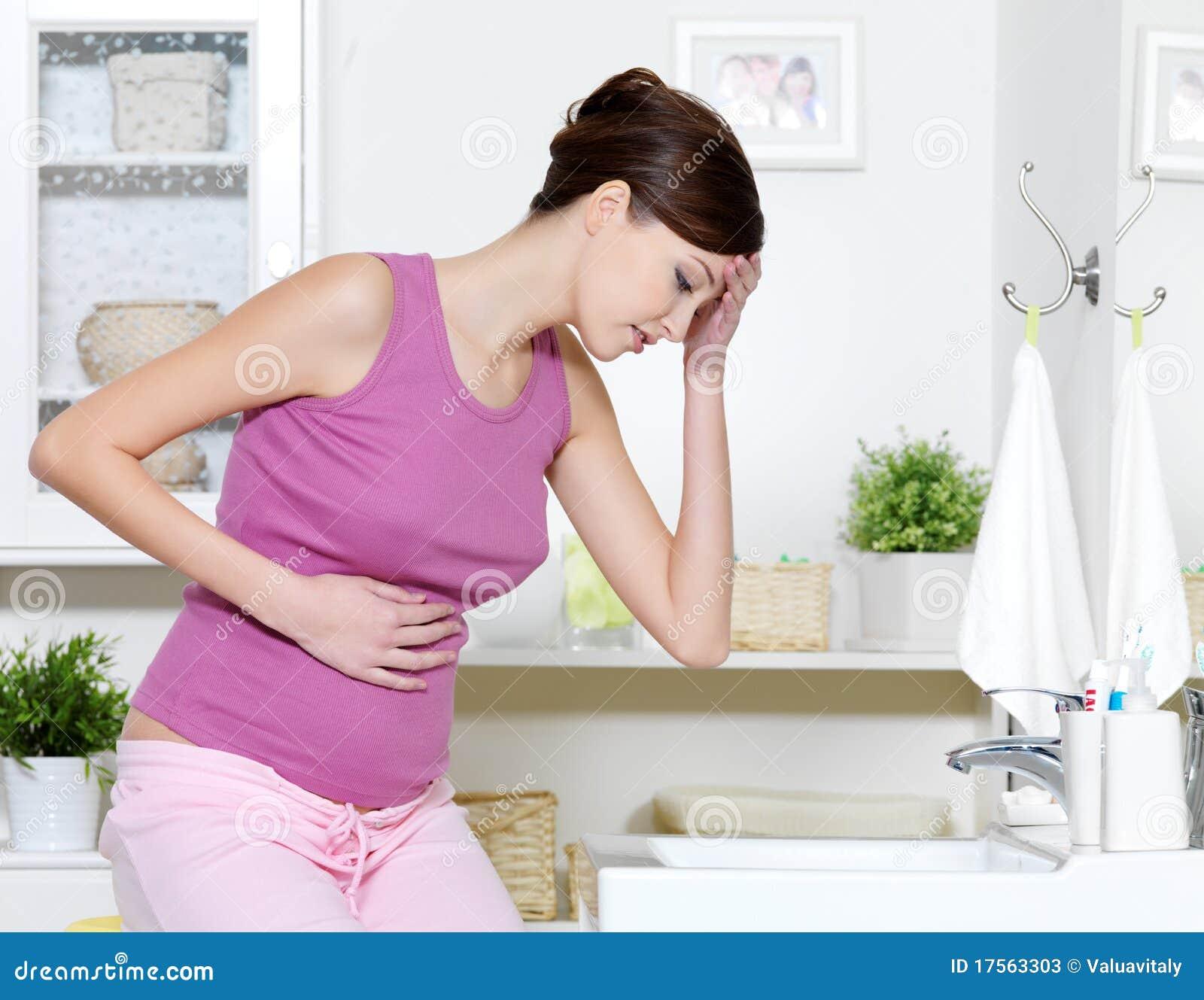Zwangere vrouw met sterke pijn van maag