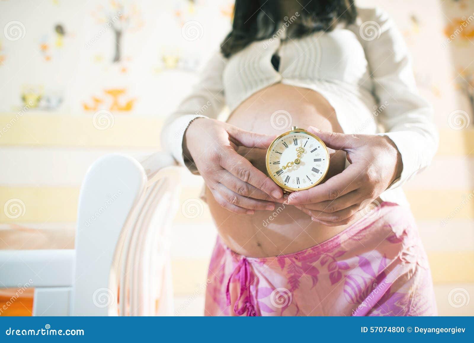 Zwangere vrouwen in een babyruimte