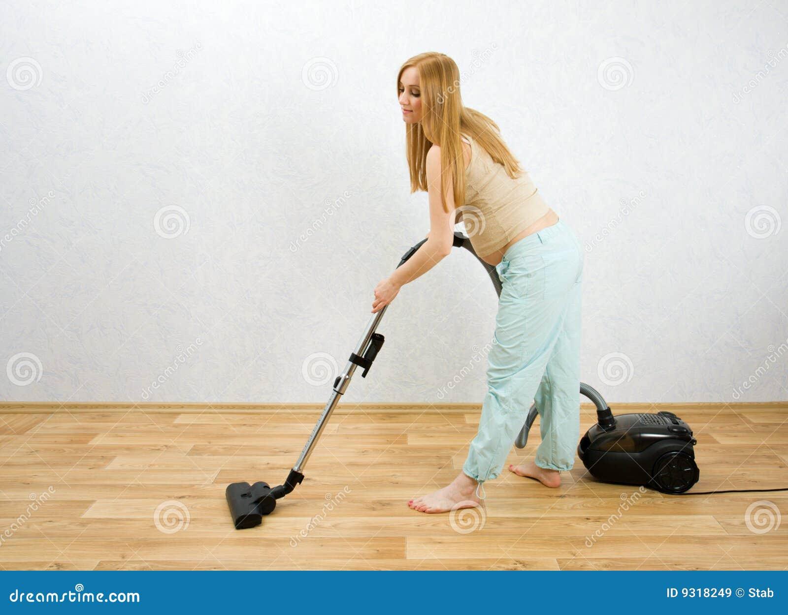 zwangere vrouwen schoonmakende vloer met stofzuiger  ~ Staubsauger Yes