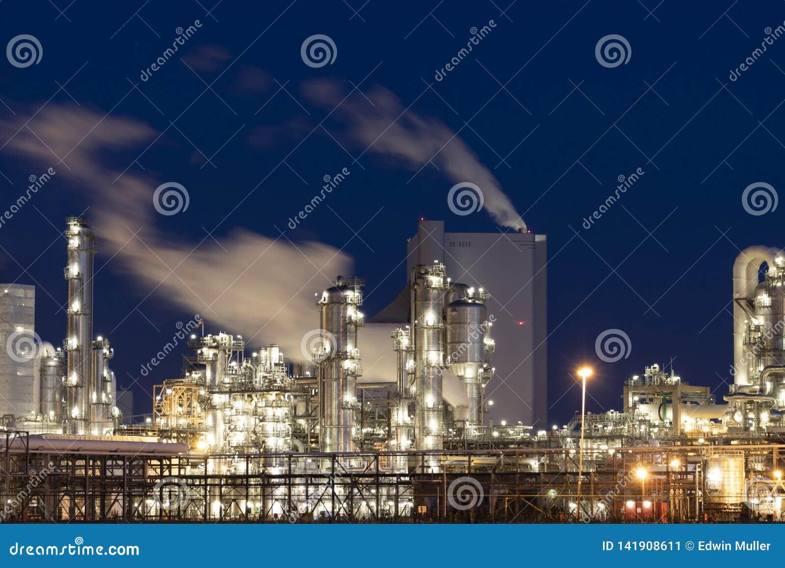 Zware industriefabriek bij nacht
