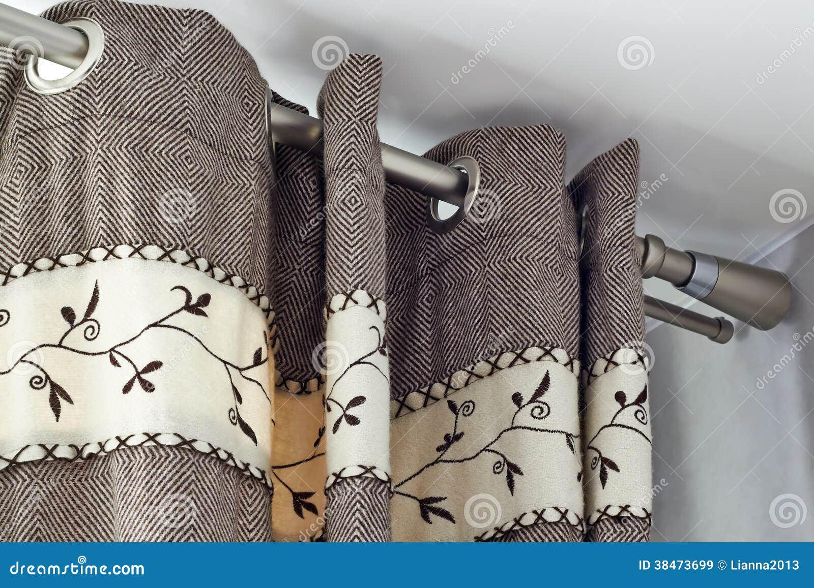 Zware Wollen Gordijnen Met Ring-hoogste Spoor Stock Afbeelding ...