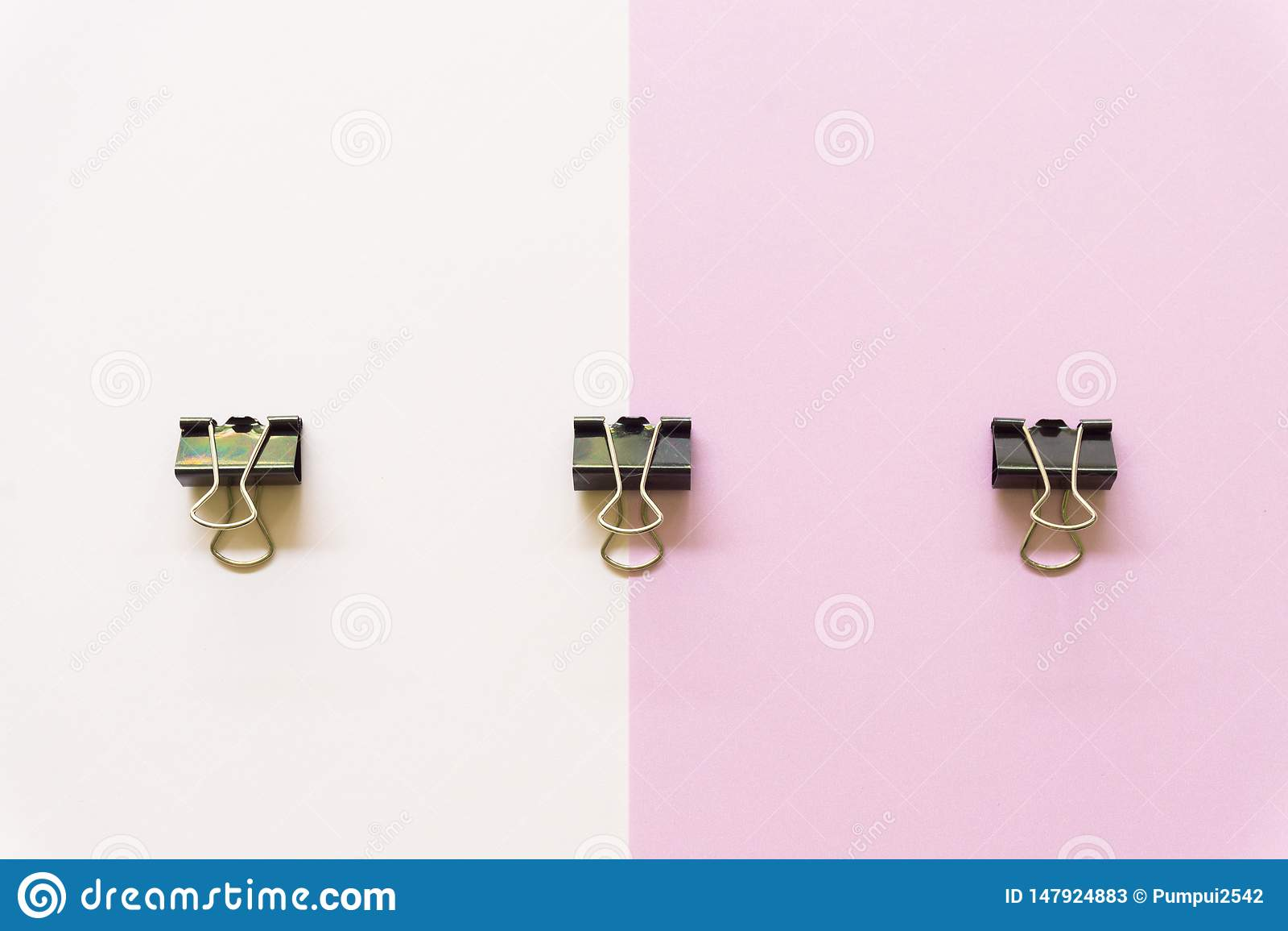 Zwart document cilp op witte en roze achtergrond