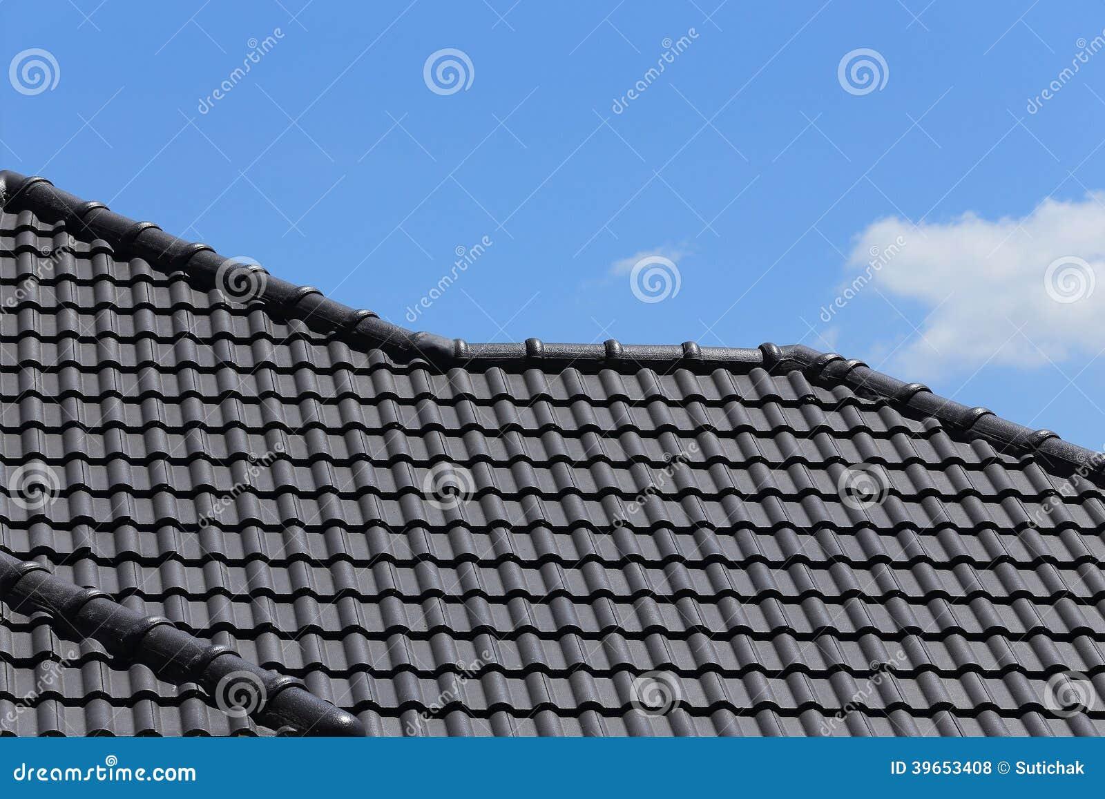 Een Nieuw Huis : Zwart tegelsdak op een nieuw huis stock foto afbeelding bestaande