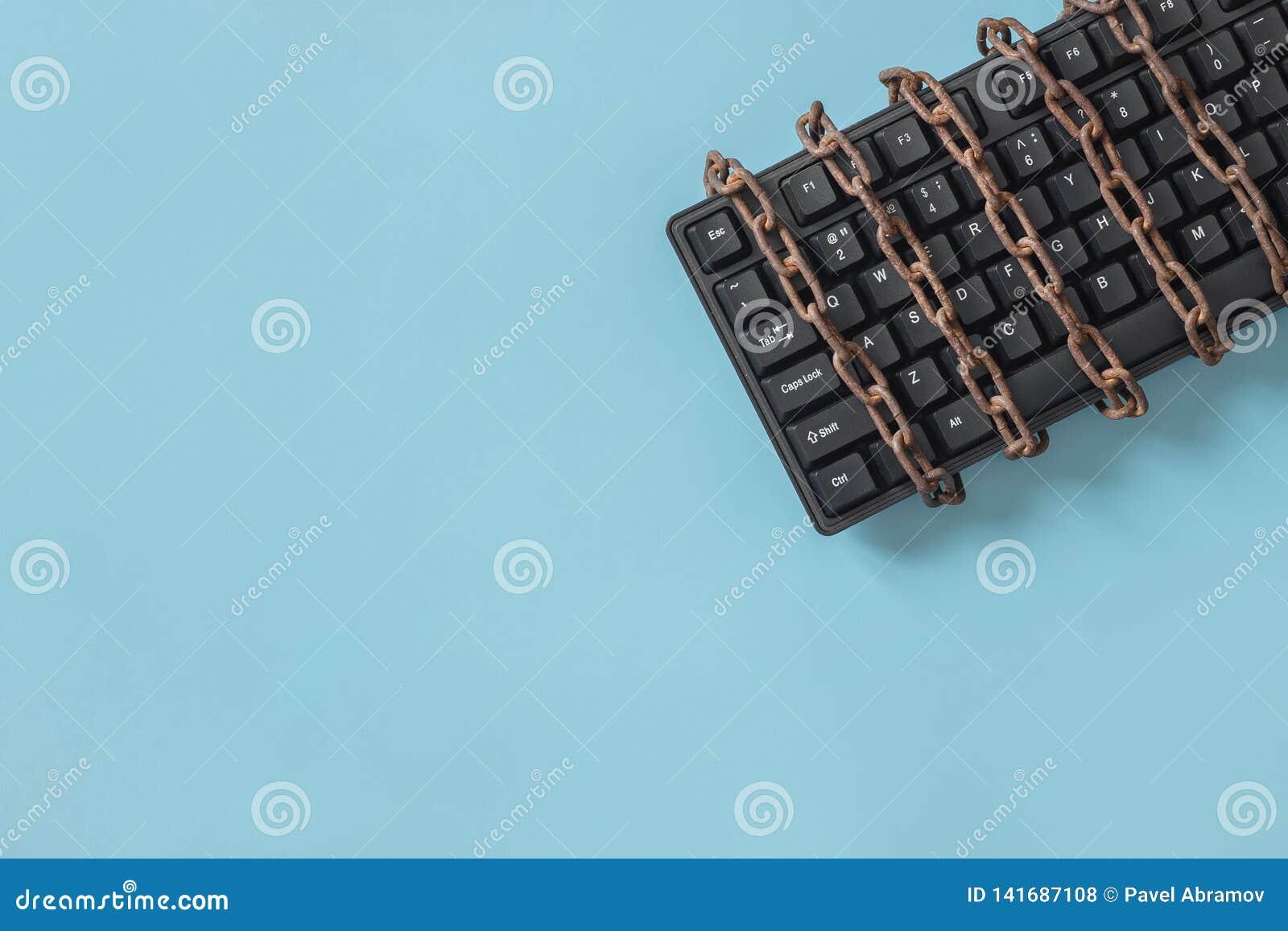 Zwart toetsenbord met een gerolde ketting Concept op het gebied van censuur of persvrijheid
