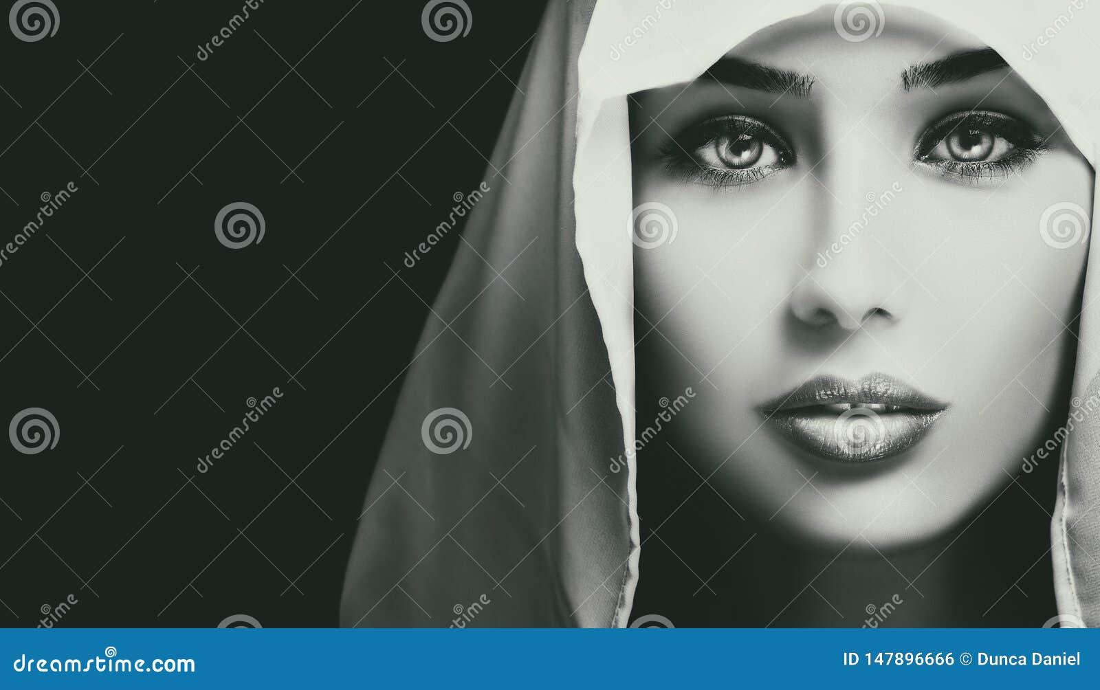 Zwart-wit artistiek close-upportret van mooie ernstige vrouw