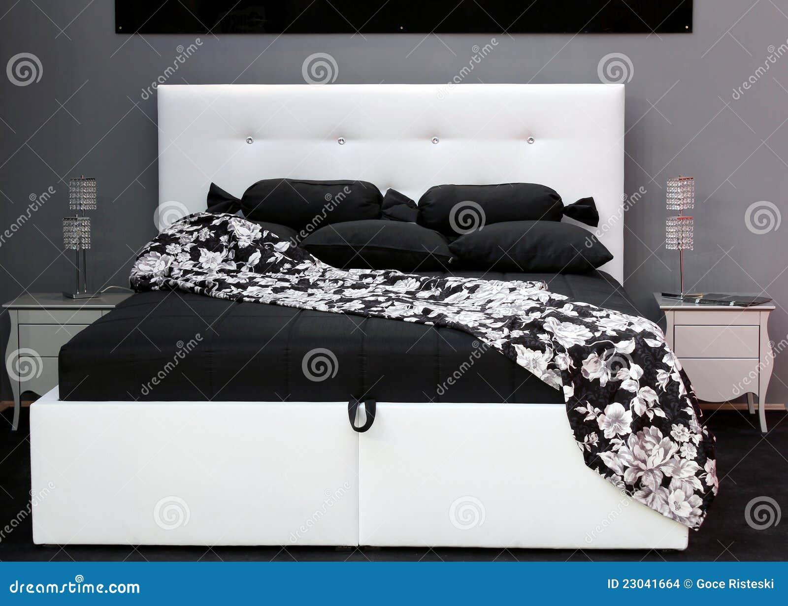 Zwart wit bed stock afbeeldingen afbeelding 23041664 - Slaapkamer zwart en wit ...
