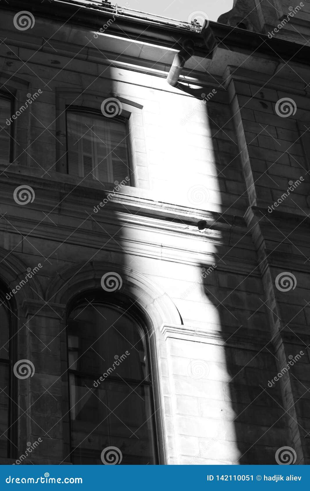 Zwart-wit beeld van de bouw met zonlicht op het