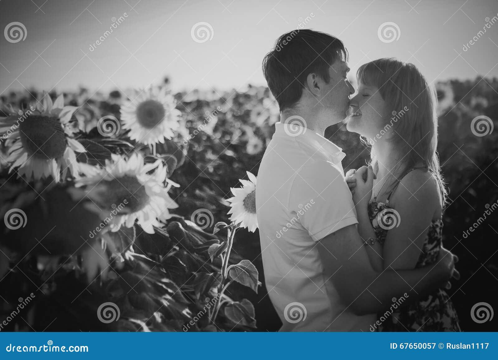 Zwart wit fotografie romantisch paar die en zich op achtergrond de