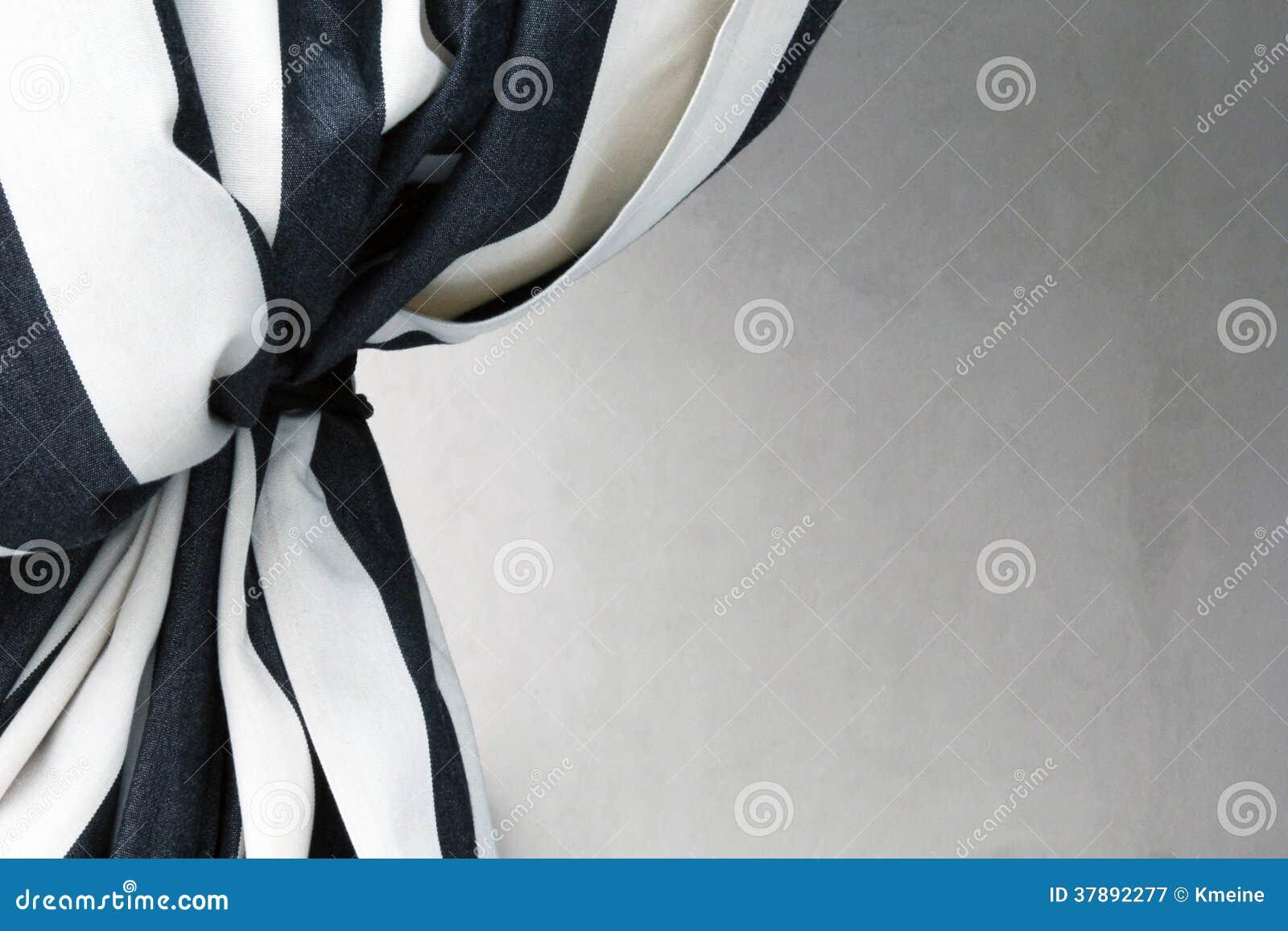 Zwart-wit gordijn dat terug naar huidige witte achtergrond wordt gebonden