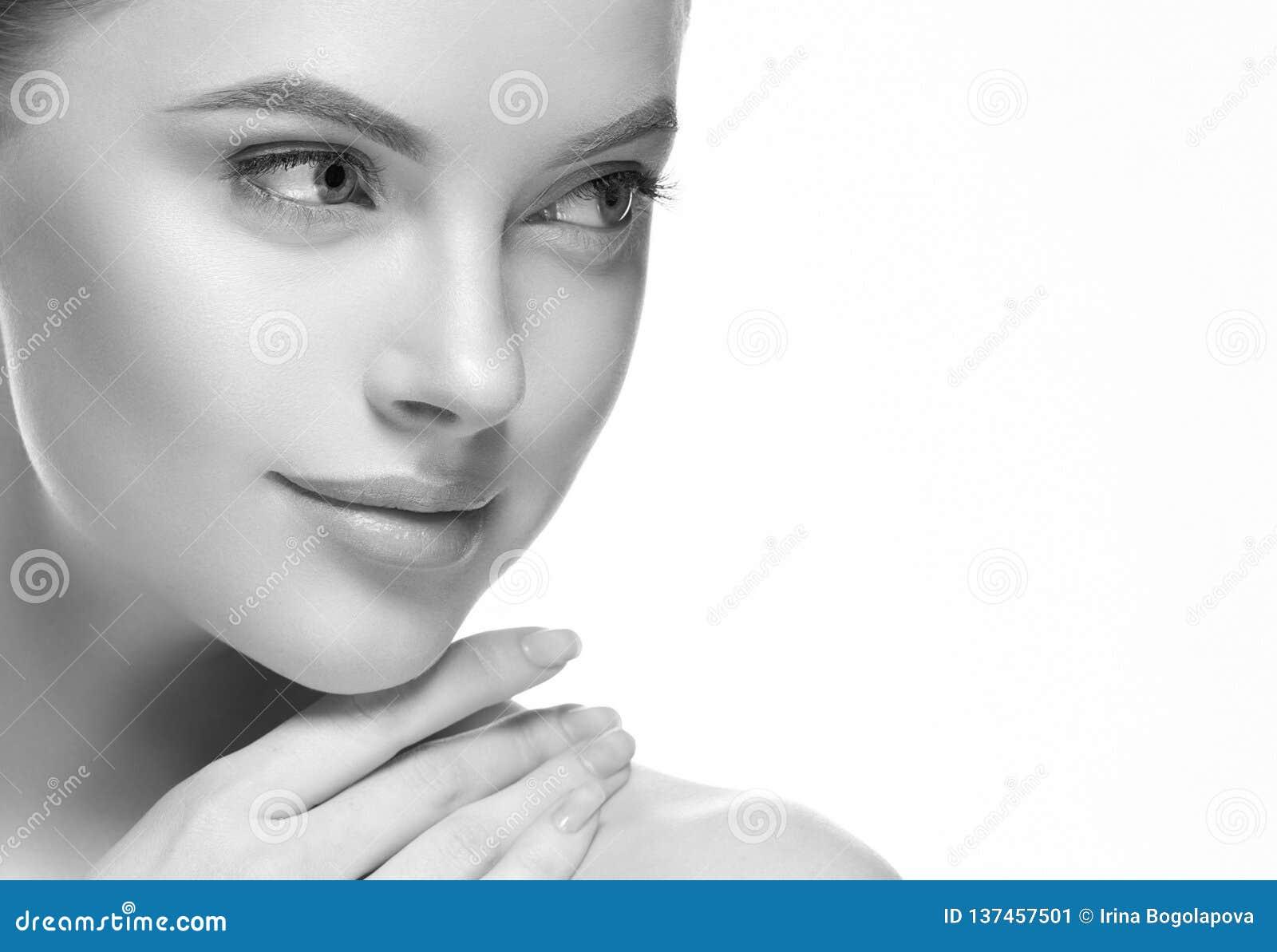 Zwart-wit het gezichts dicht omhooggaand portret van de vrouwenschoonheid