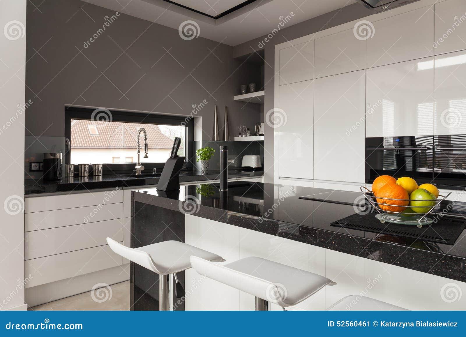 Keuken met zwarte tegels en natuurlijke houten teller stock foto ...