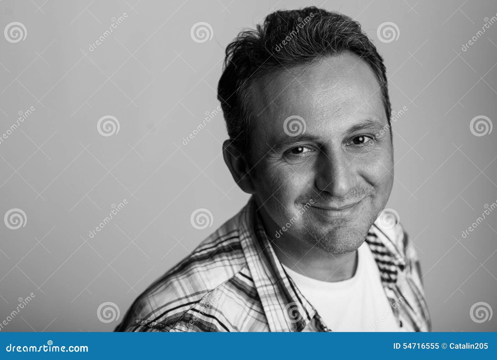 Zwart-wit portret van een vriendschappelijk mannelijk model