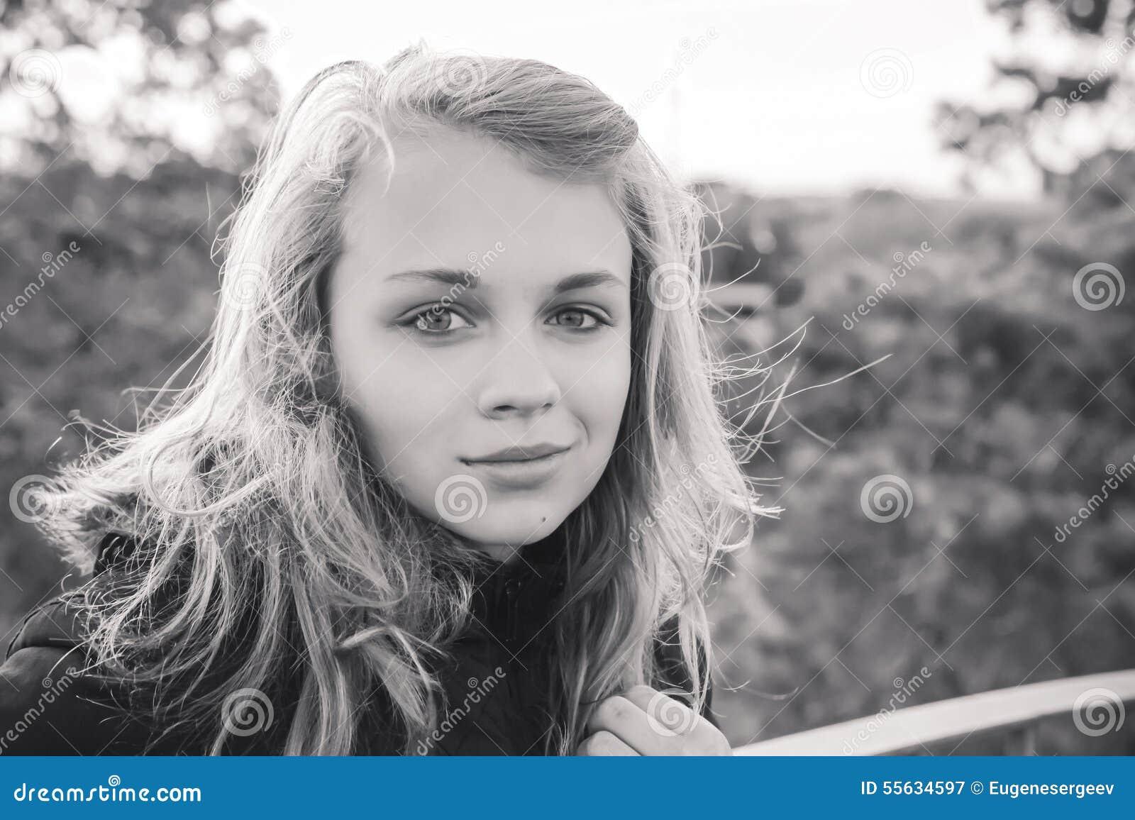 Zwart wit portret van tiener kaukasisch blond meisje stock foto afbeelding 55634597 - Tiener meisje foto ...