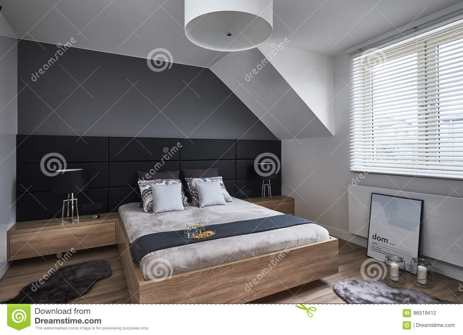 Zwart-wit Slaapkamer Met Grijze Muren En Lampen Redactionele ...