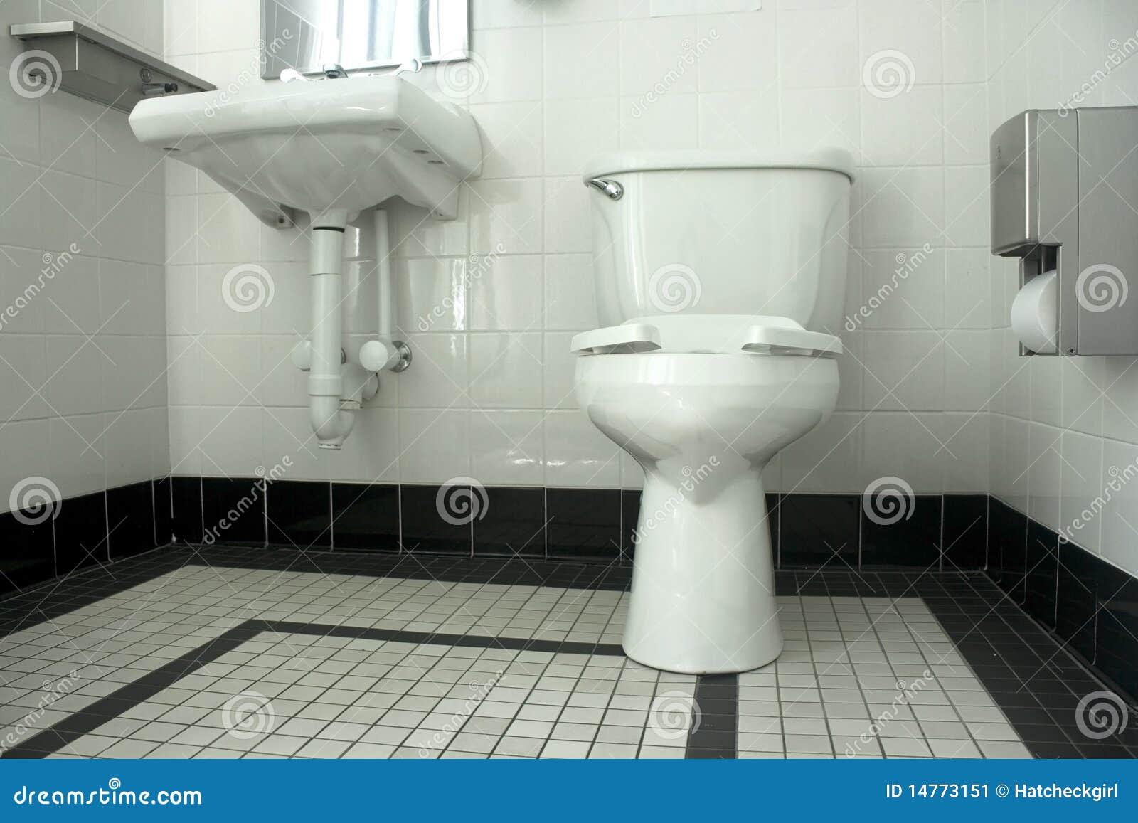 Zwart witte badkamers stock afbeelding. afbeelding bestaande uit