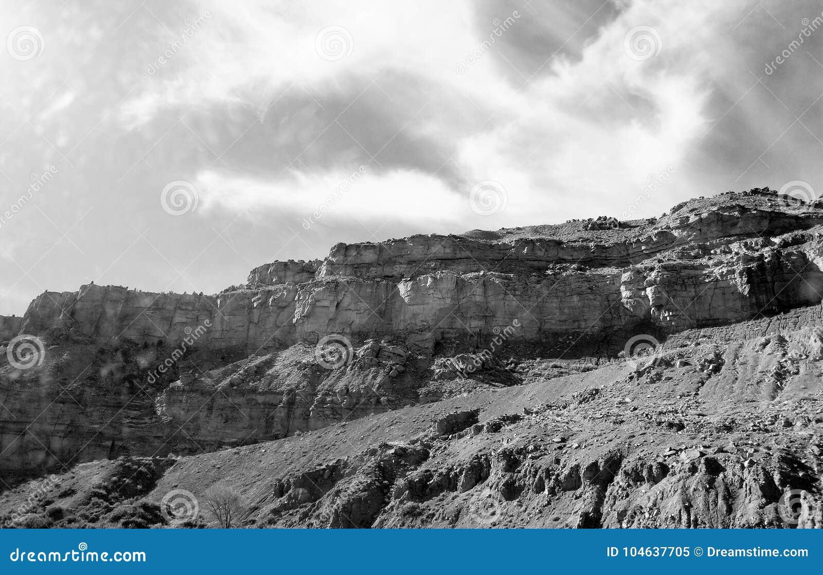 Download Zwart-witte berg stock afbeelding. Afbeelding bestaande uit bergen - 104637705