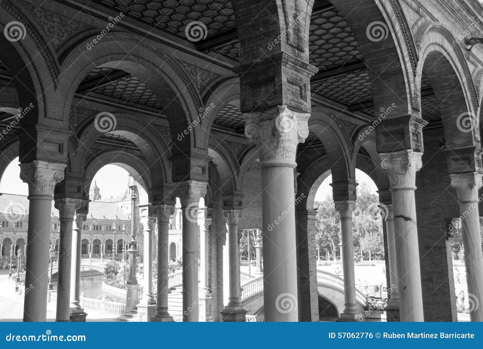Zwart-witte bogen bij het vierkant van Spanje