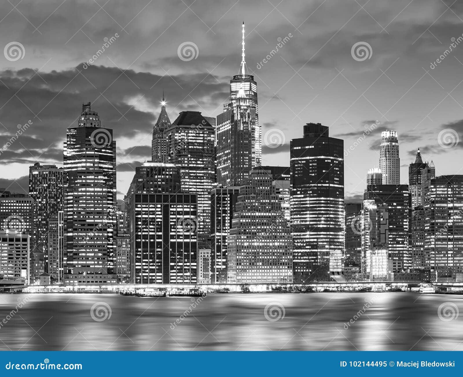 Zwart-witte de Stadshorizon van New York bij nacht, de V.S.