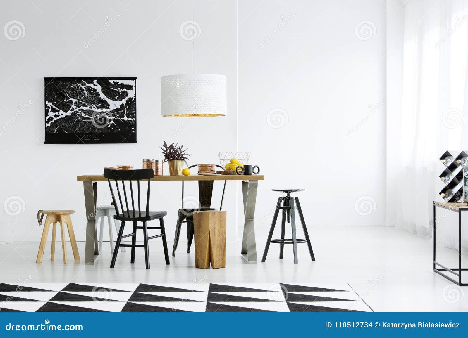 Zwart-witte eetkamer stock foto. Afbeelding bestaande uit lamp ...