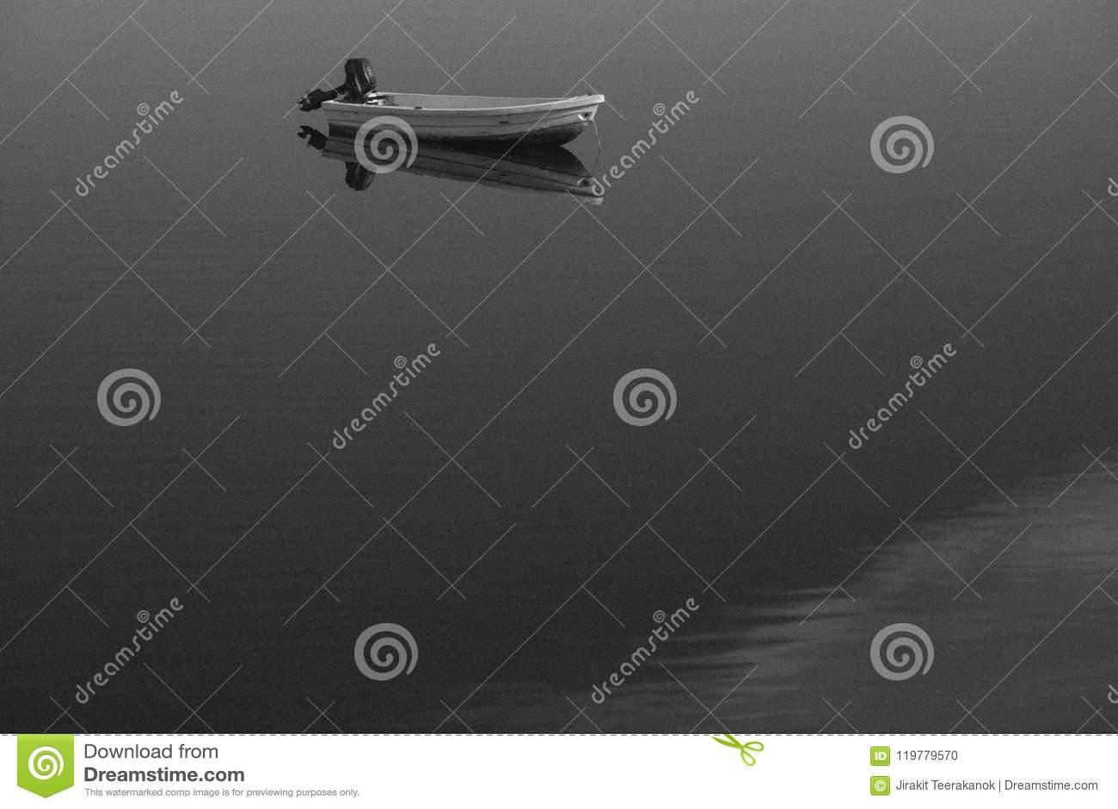 Zwart-witte klassiek oude korrelige foto van boot en zijn duidelijke gedachtengang over de meeroppervlakte