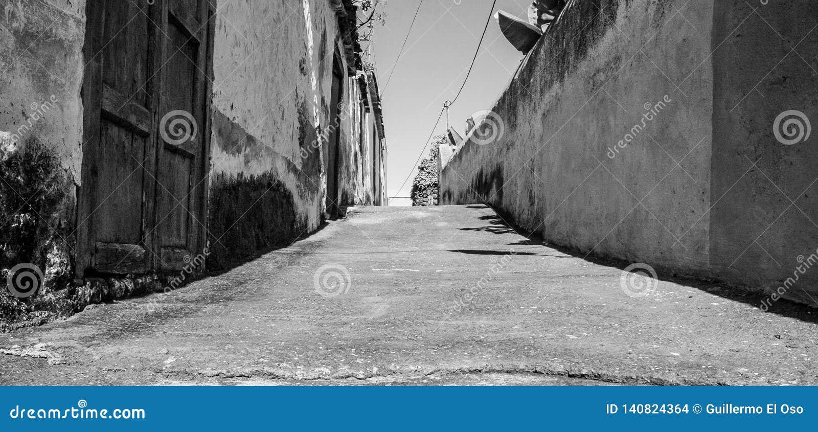 Zwart-witte kunst dichte omhooggaand van een kleine straat