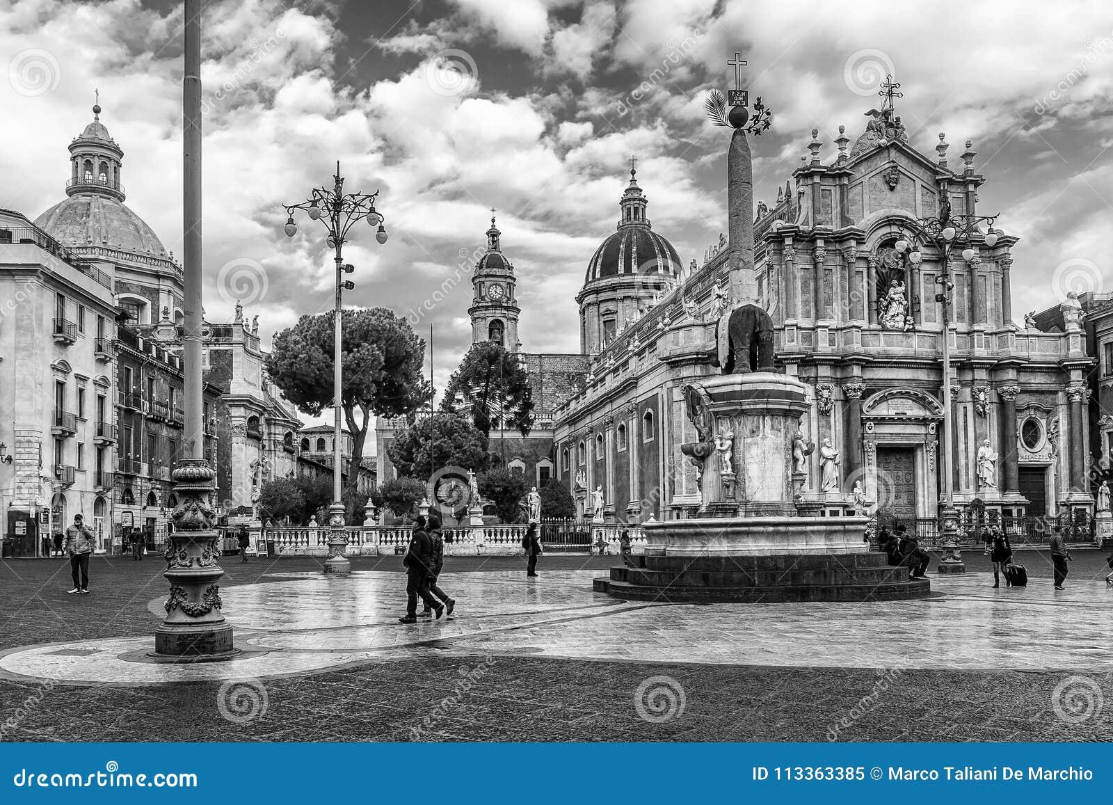 Zwart-witte mening van de mooie vierkant en olifantsfontein, Piazza del Duomo, Catanië, Sicilië, Italië