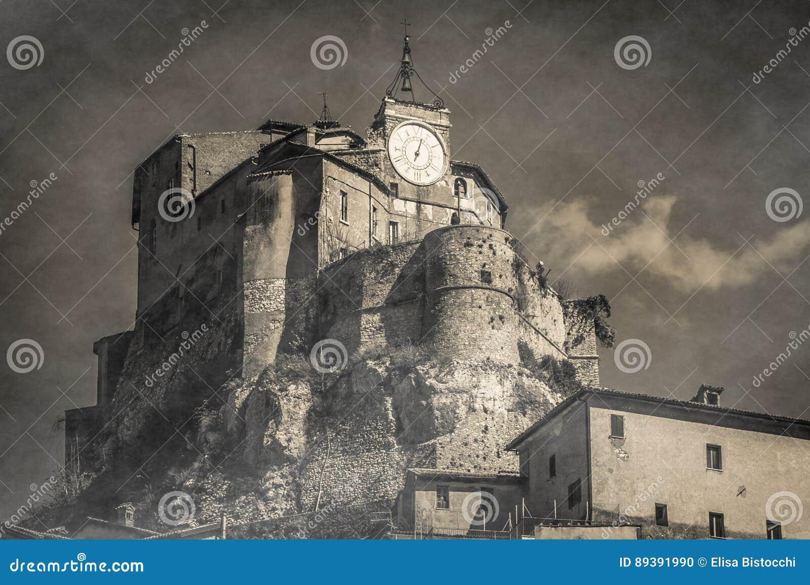Zwart-witte mening van geheimzinnigheid kasteel in Subiaco
