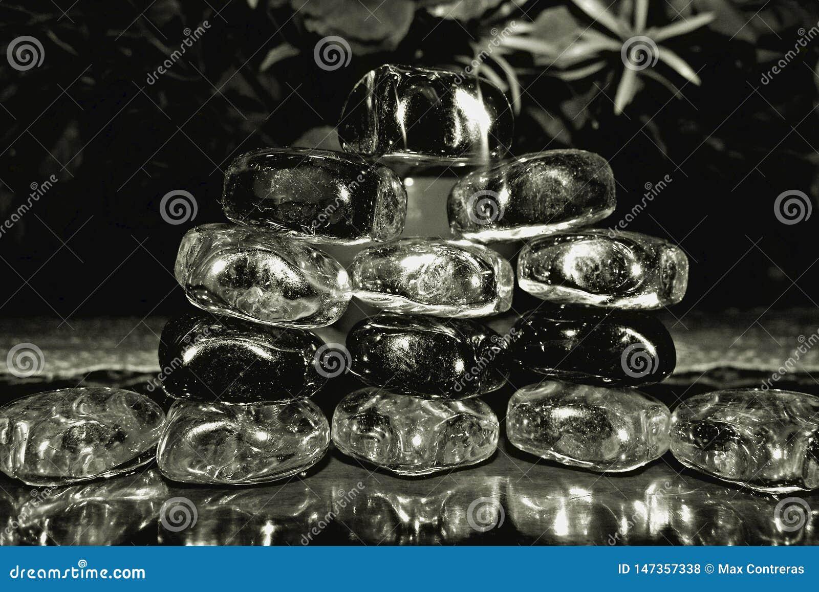Zwart-witte montering met glasstenen