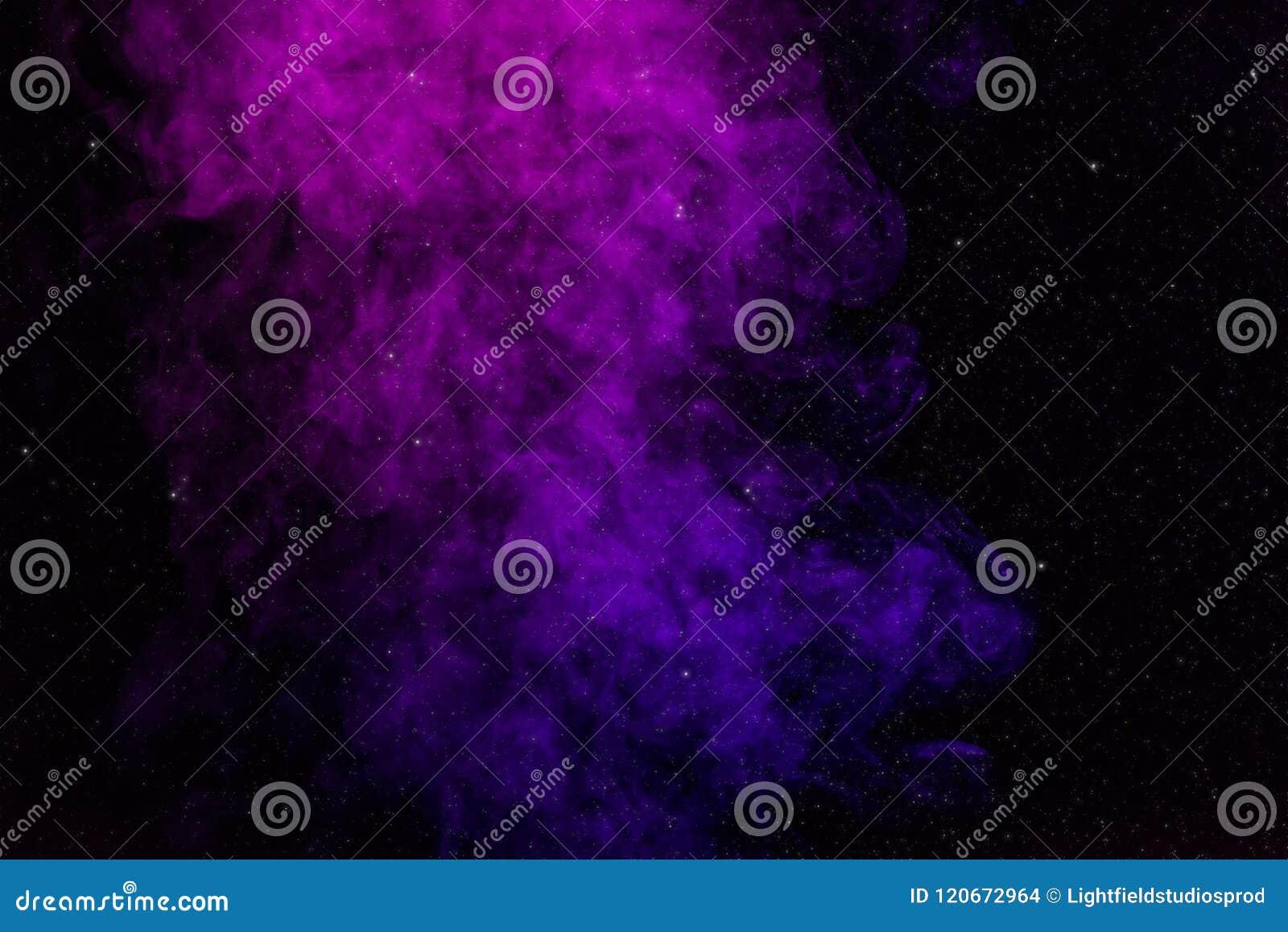 Zwarte achtergrond met purpere, roze rook