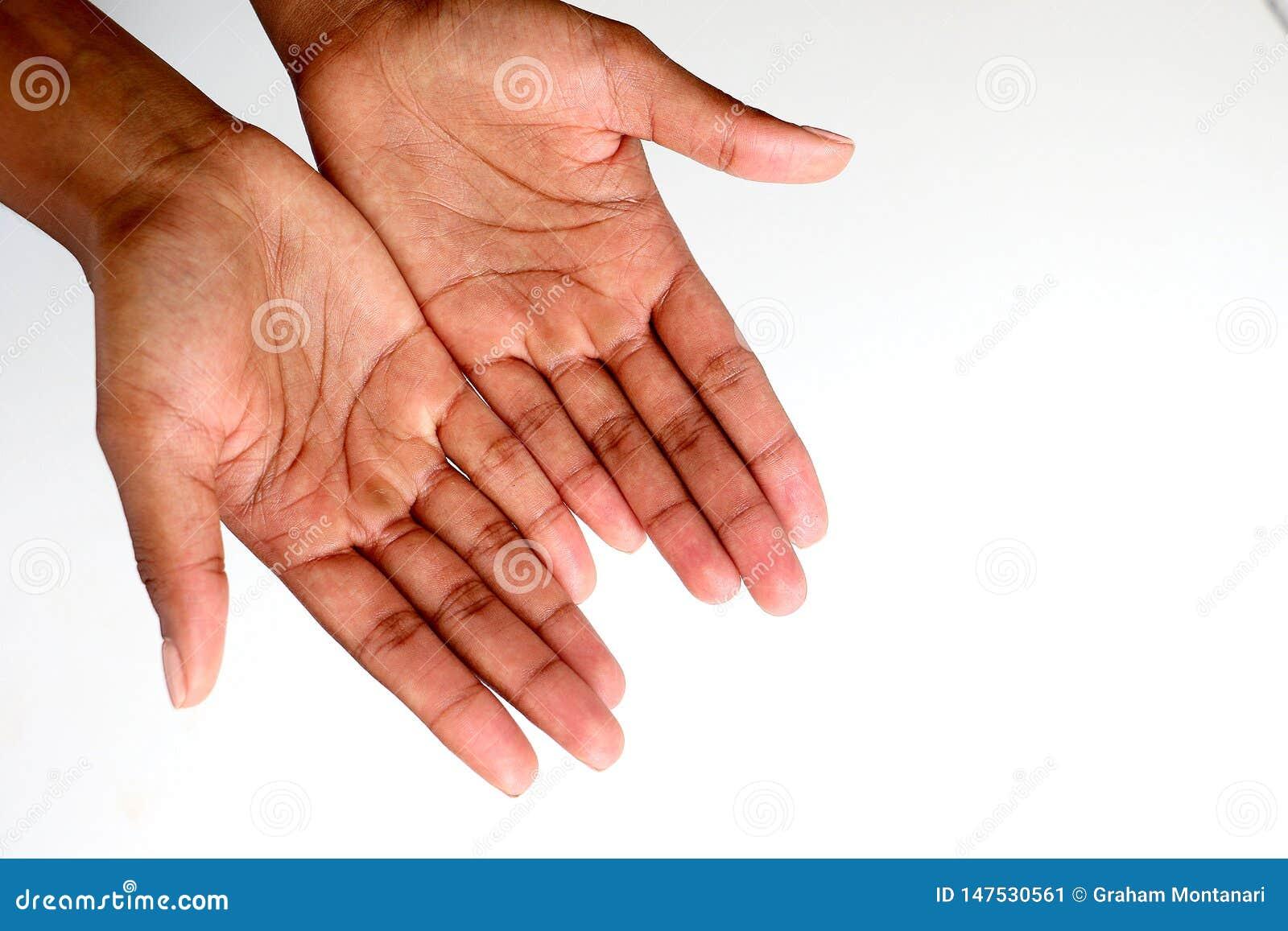 Zwarte Afrikaanse, open en tot een kom gevormde handen die bedelen