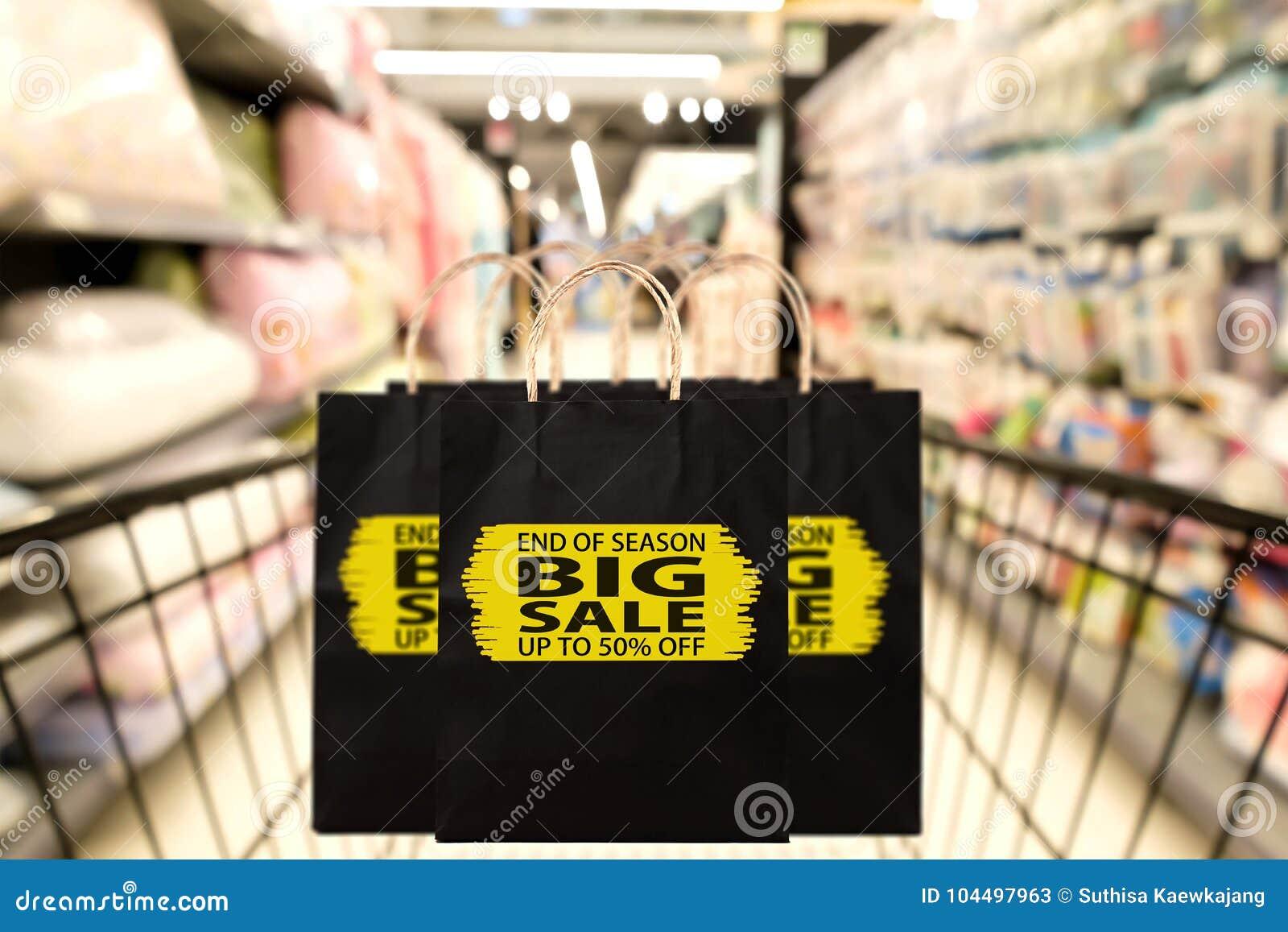 Zwarte document zak met eind van seizoen, grote verkoop, tot 50 percenten o