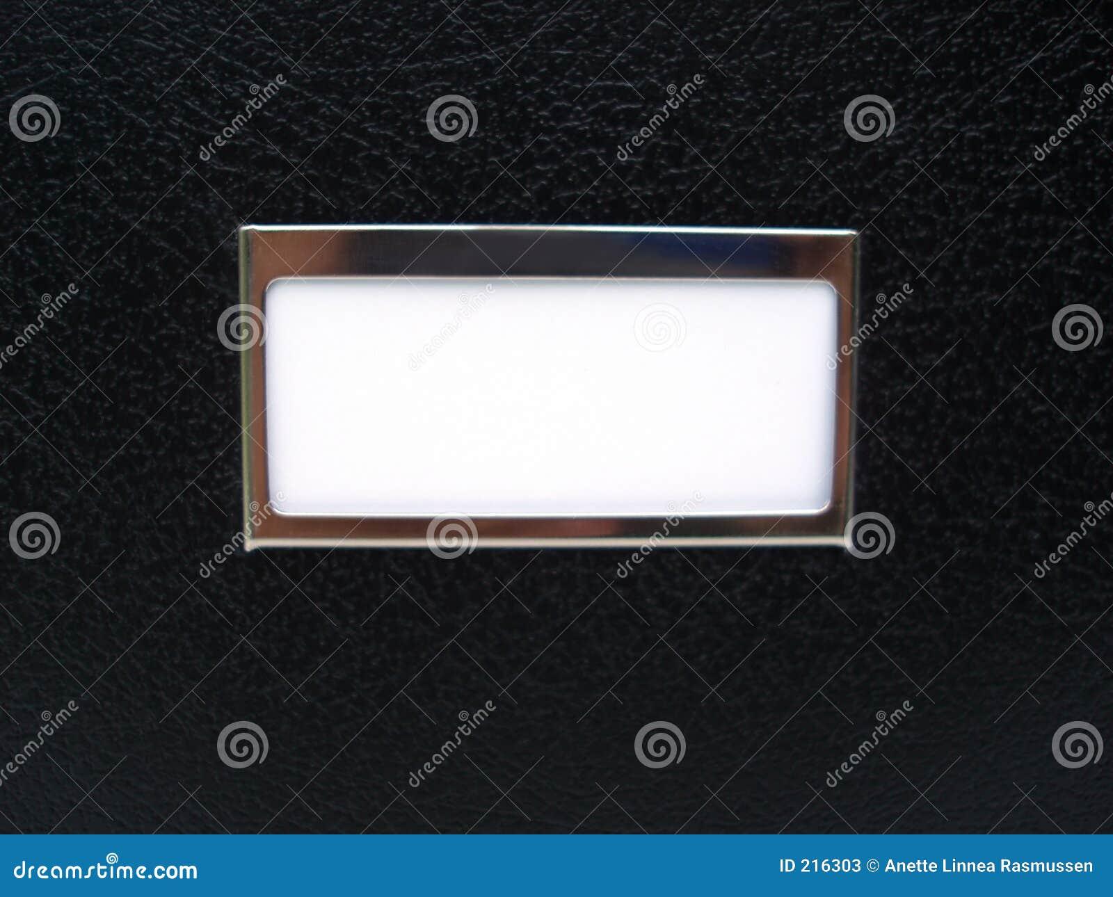 Zwarte doos met wit etiket