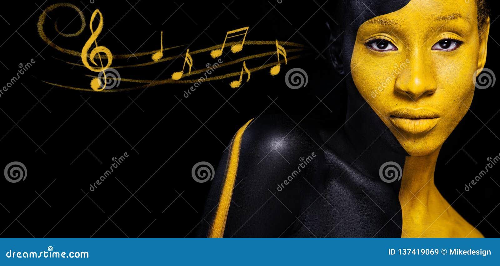Zwarte en gele make-up Vrolijke jonge Afrikaanse vrouw met de make-up en de nota s van de kunstmanier Kleurrijke verf op lichaam