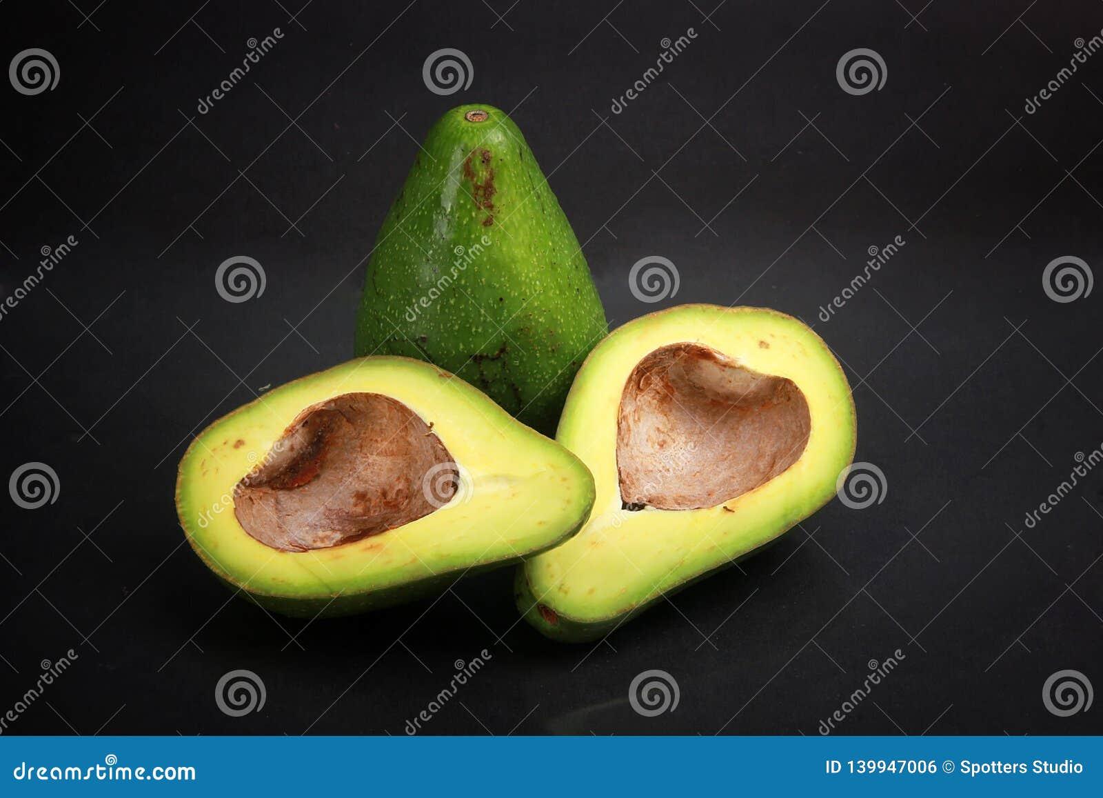 Zwarte geïsoleerde avocado als achtergrond