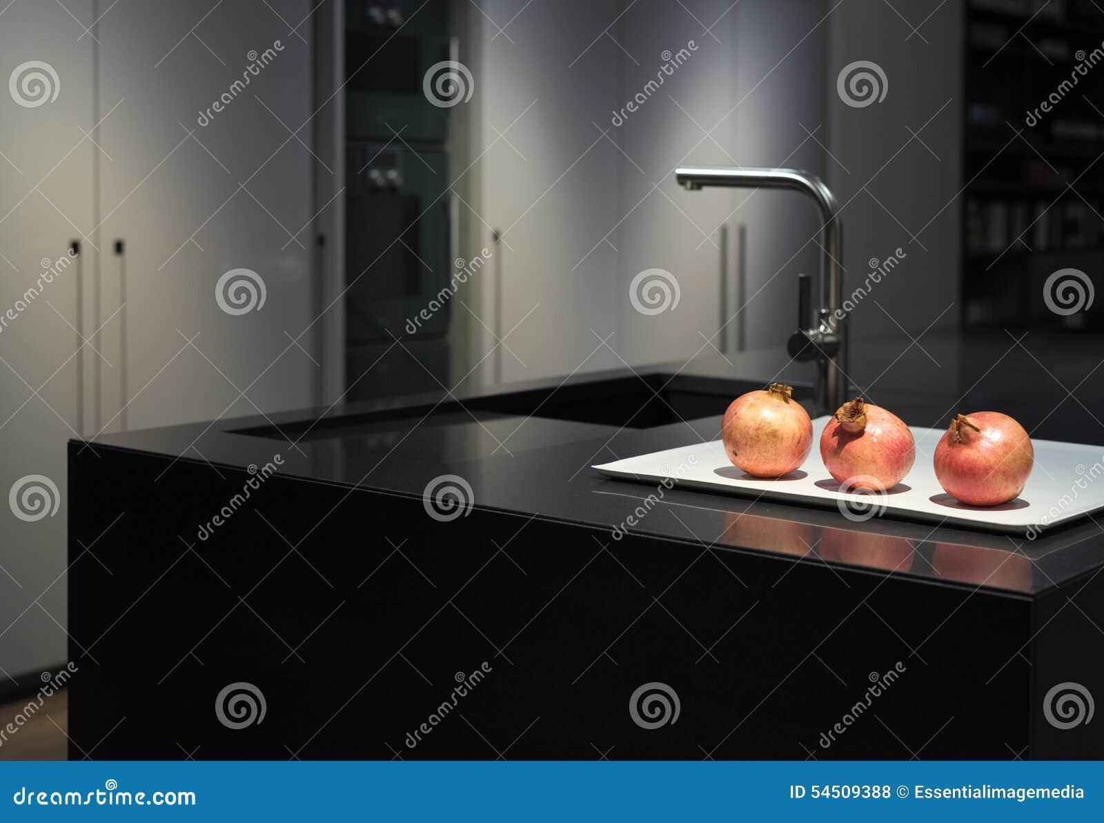 Zwarte granietkeuken stock foto   afbeelding: 54509388