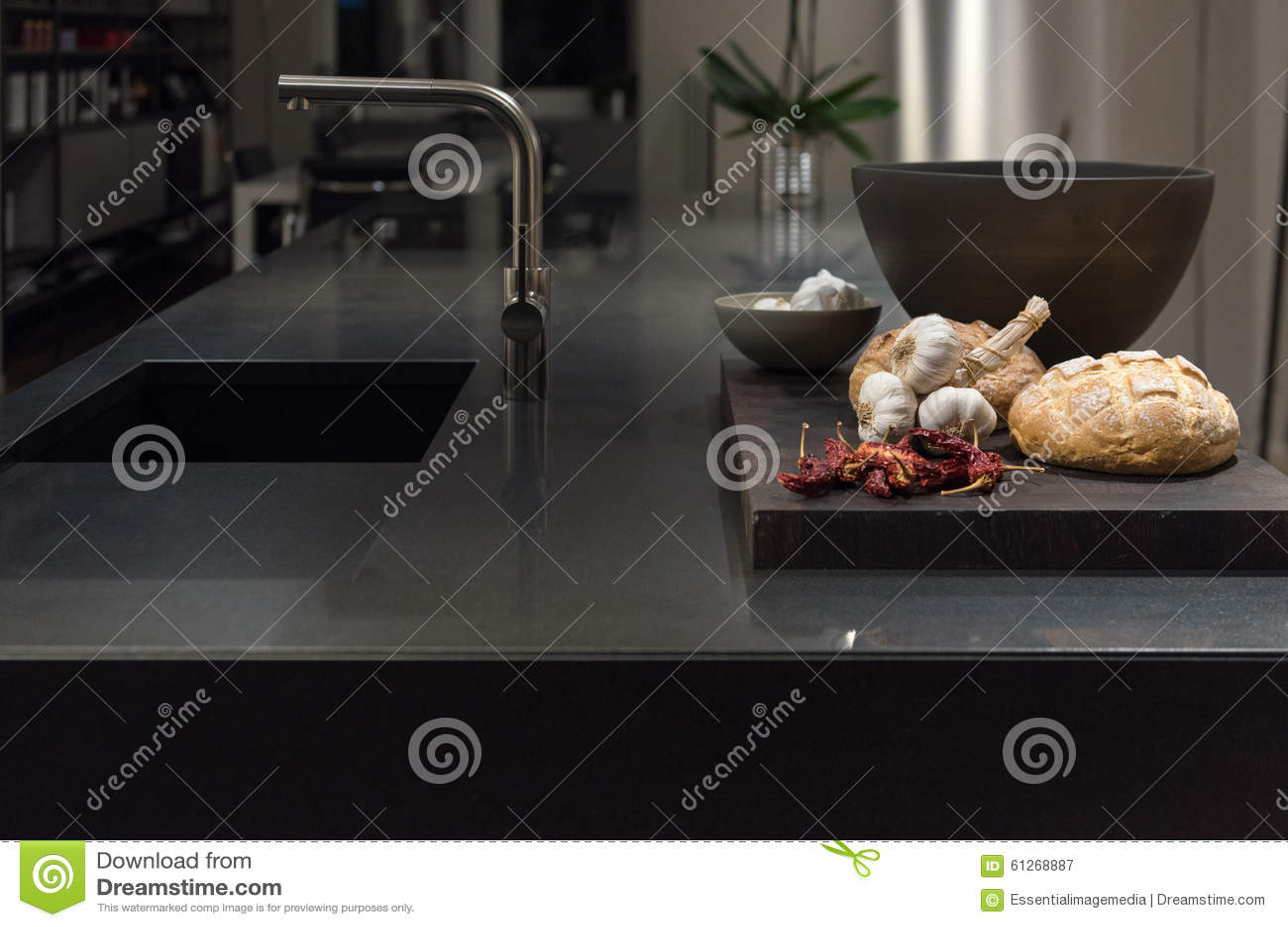 Zwarte granietkeuken stock foto   afbeelding: 61268887
