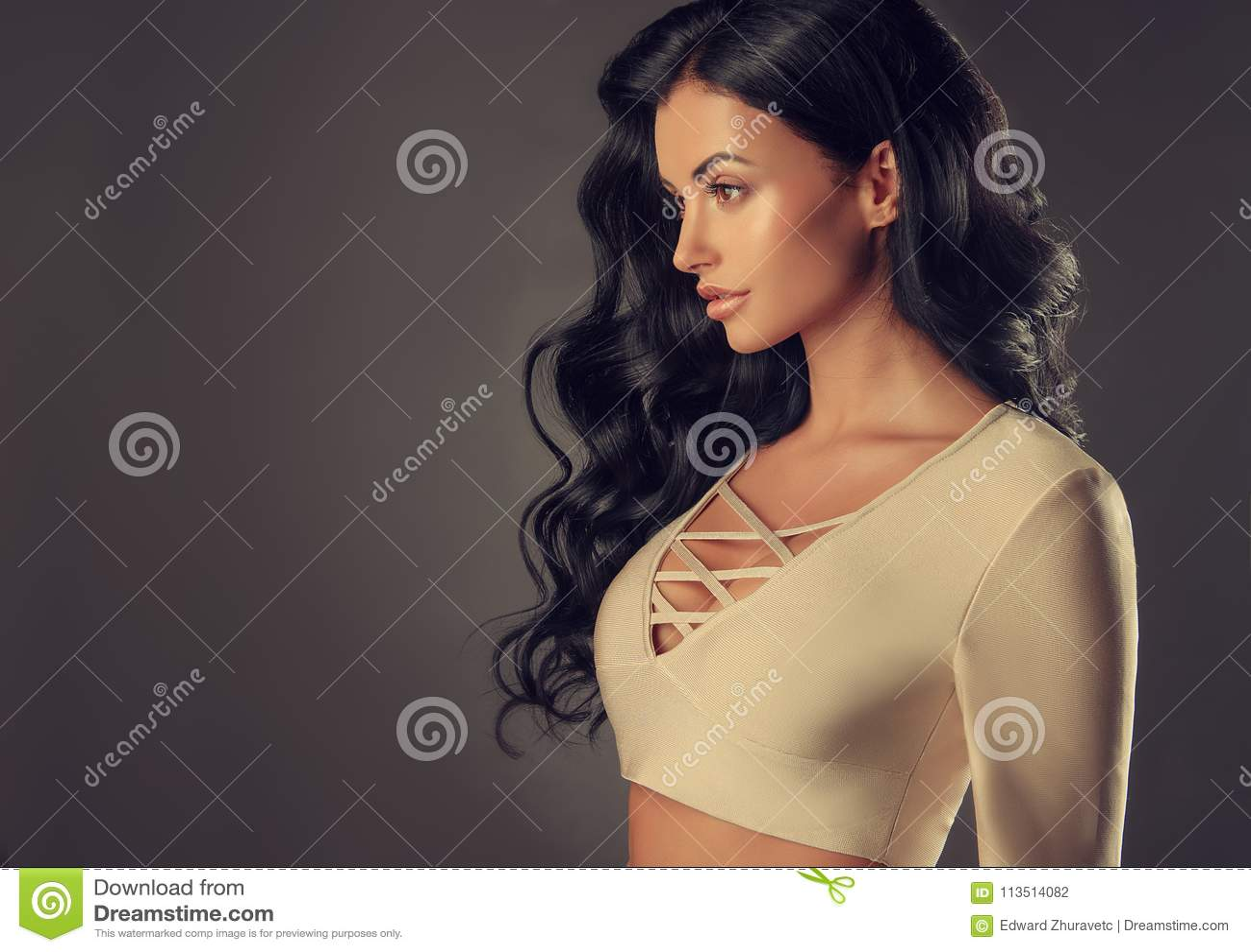 Zwarte haired vrouw met omvangrijk, glanzend en krullend kapsel Kroeshaar