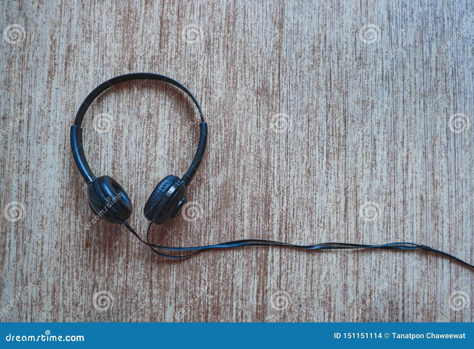Zwarte hoofdtelefoon met rustieke achtergrond
