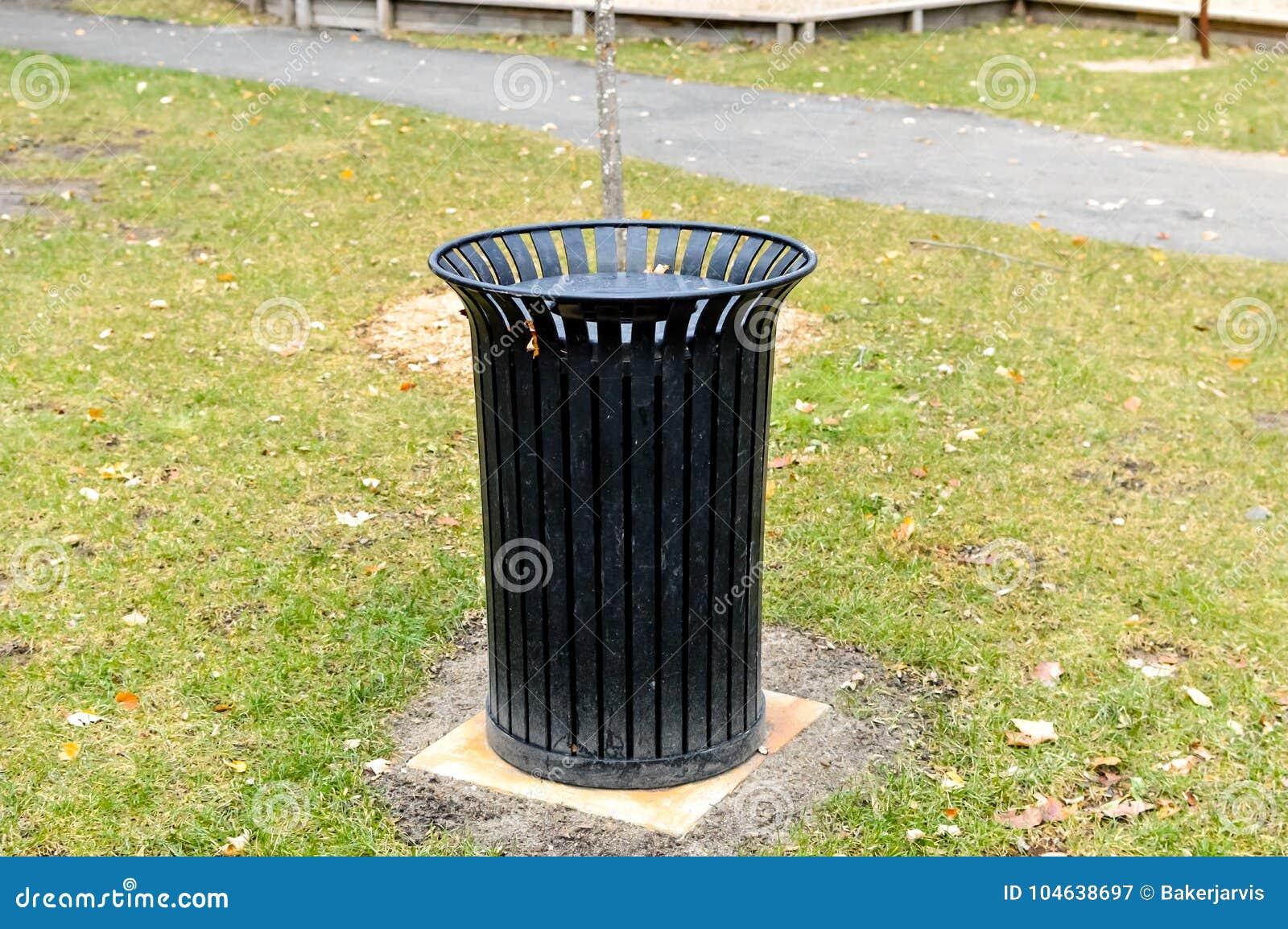 Download Zwarte Huisvuilbak In Het Openbare Park Stock Afbeelding - Afbeelding bestaande uit gras, verwijdering: 104638697