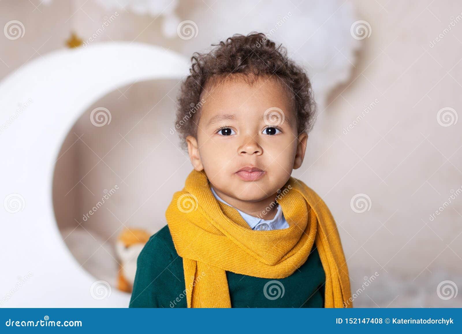 Zwarte jongens dichte omhooggaand Portret van een vrolijke glimlachende jongen in een gele sjaal Portret van een weinig Afrikaans