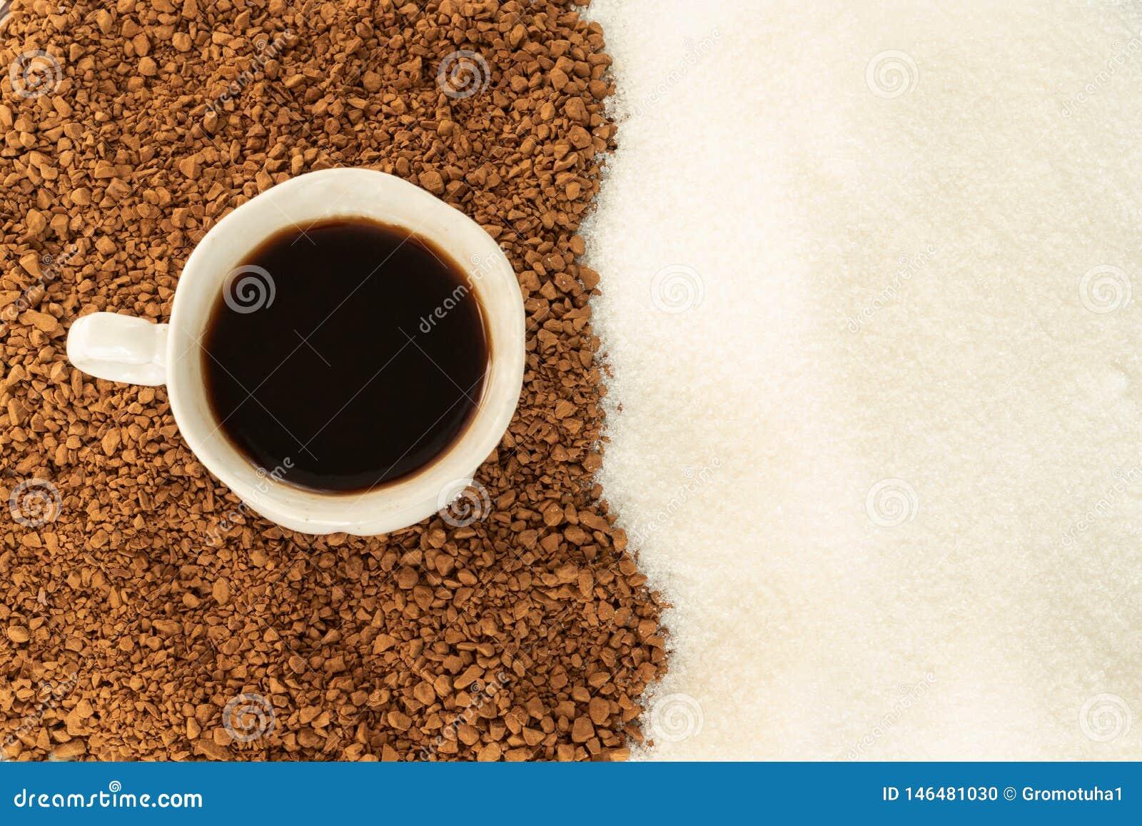 Zwarte koffie in een Kop met gevolg van grondkoffie en suiker De mening vanaf de bovenkant