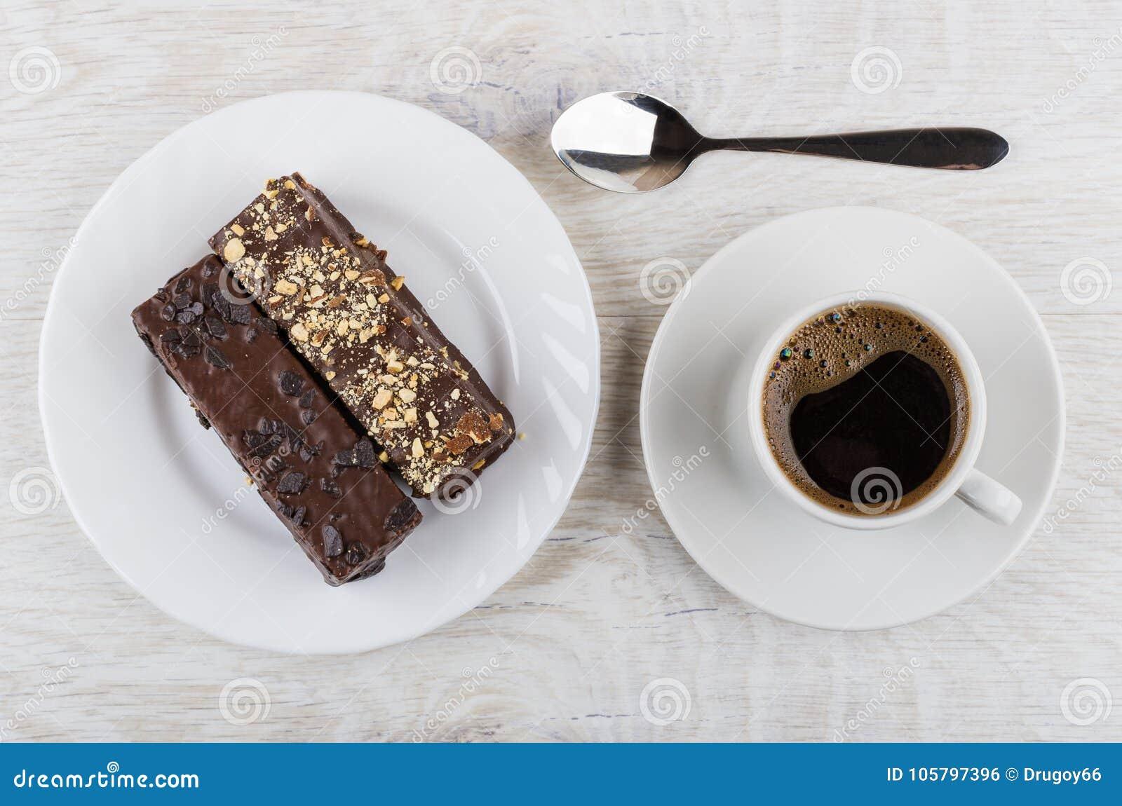 Zwarte koffie in kop, chocoladewafeltje in plaat en lepel