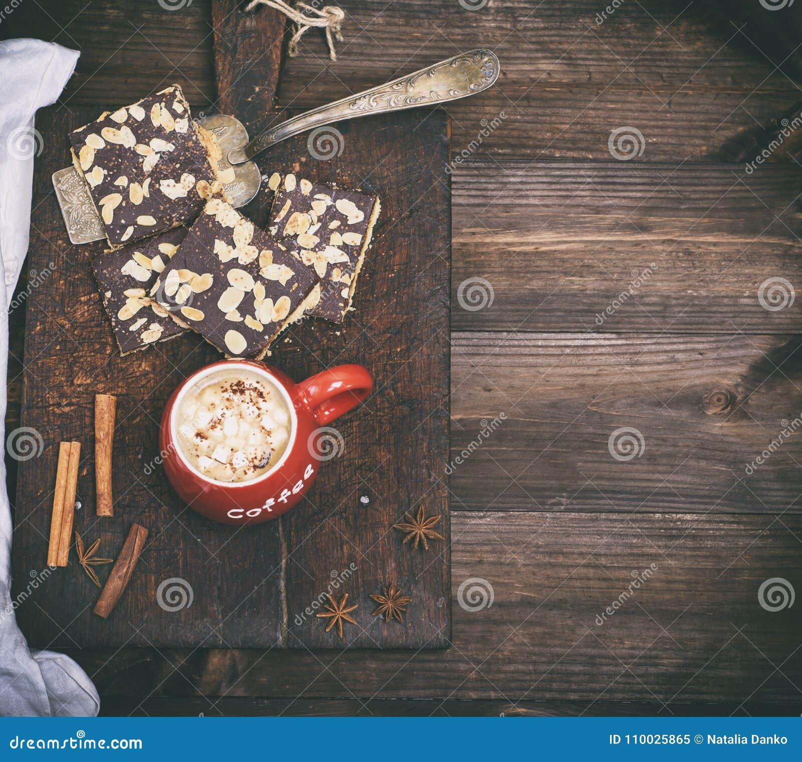 Zwarte koffie met heemst in een rode ceramische mok
