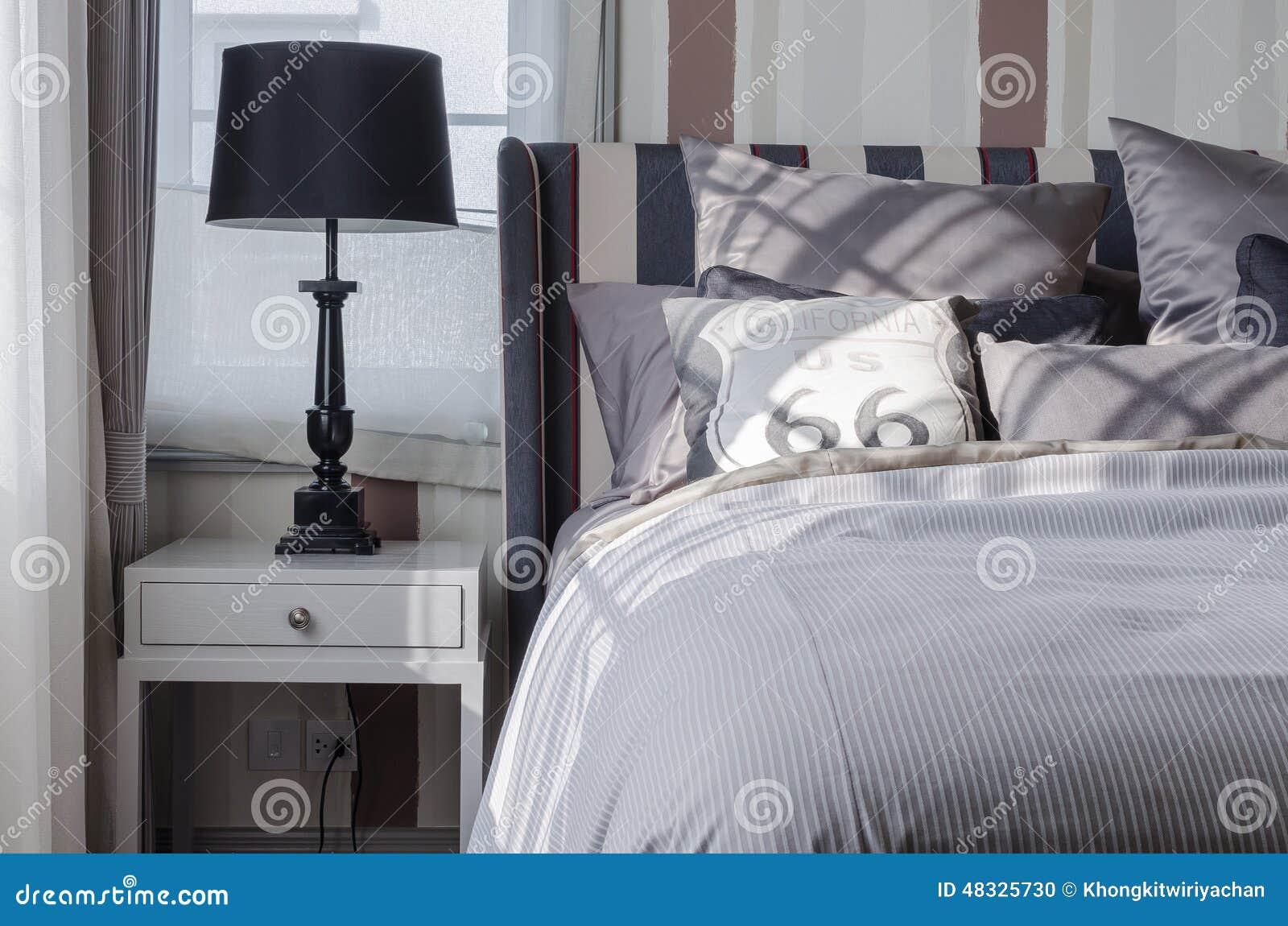 Zwarte Lamp Op Grijze Lijst In Slaapkamer Stock Foto - Afbeelding ...