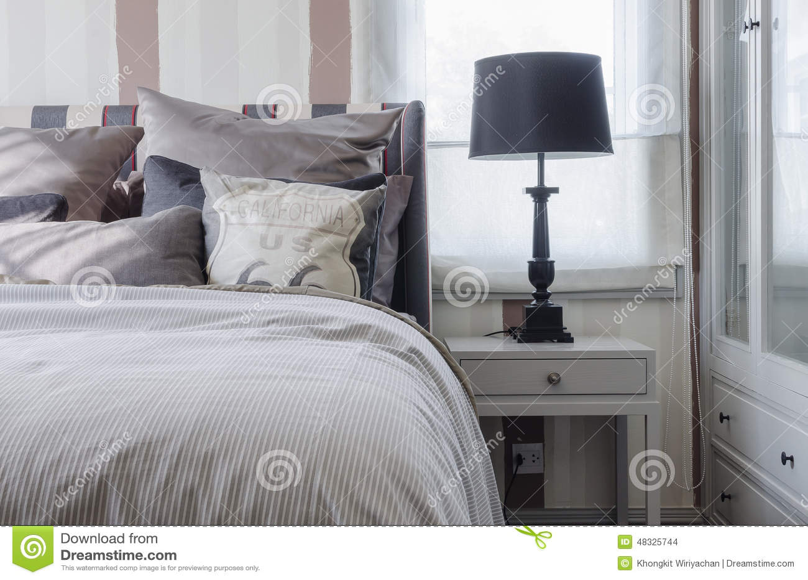 Zwarte lamp op grijze lijst in slaapkamer stock foto afbeelding 48325744 - Grijze slaapkamer ...