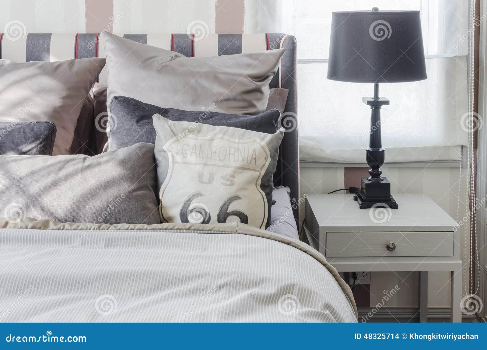 Zwarte lamp op grijze lijst in slaapkamer thuis stock foto ...