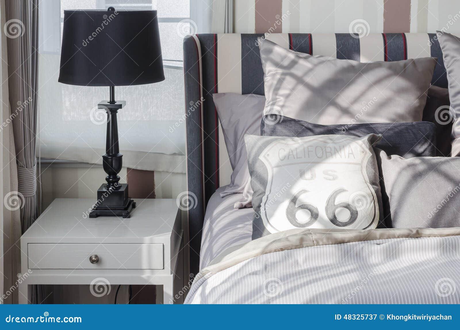 Grijze Slaapkamer Lamp : Zwarte lamp op grijze lijst in slaapkamer thuis stock