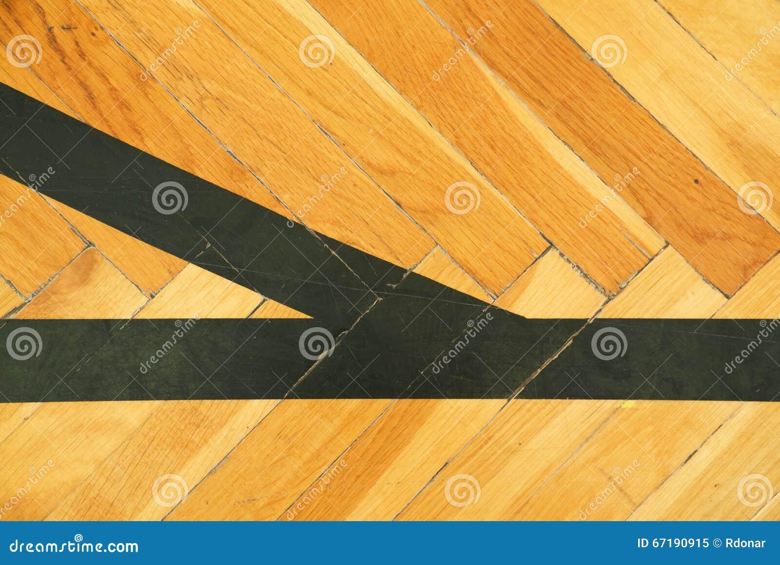 Zwarte lijnen in zaal uitgeputte houten vloer van sporthal met