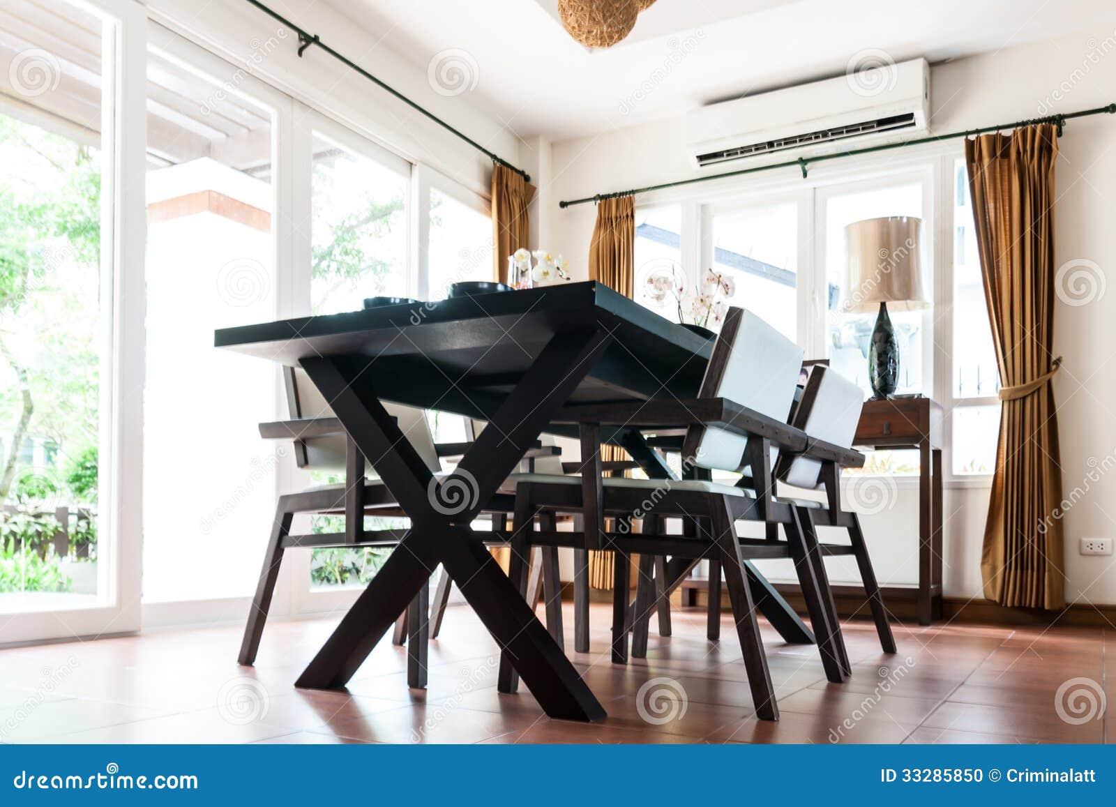Zwarte lijst en stoelen in woonkamer stock foto   afbeelding: 33285850