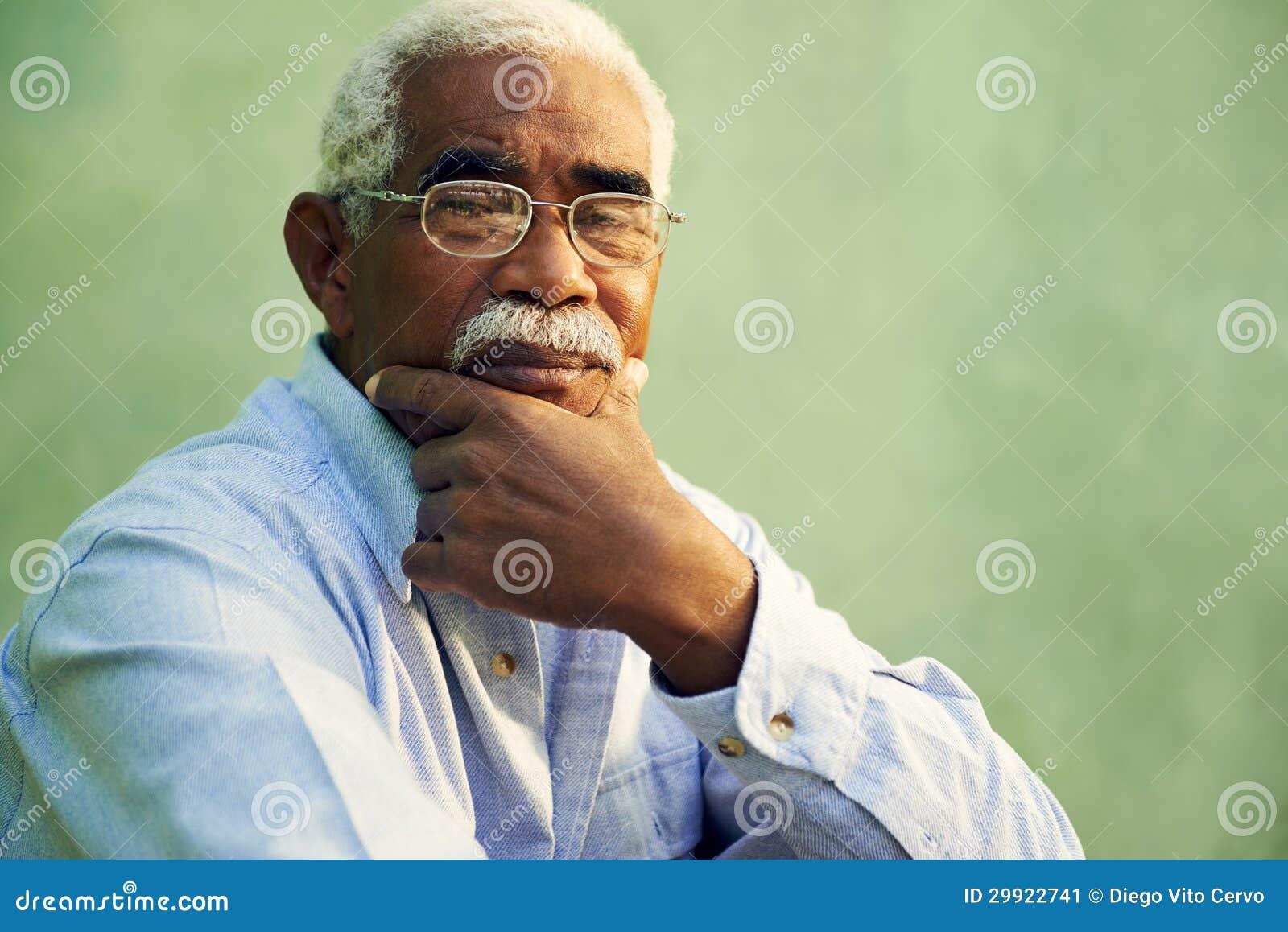 Portret van de ernstige Afrikaanse Amerikaanse oude mens die camera bekijken